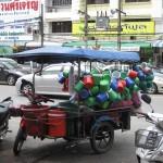 Un vendeur de seaux, rue de Krabi