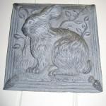 Plaque en métal d'un lapin dans la cuisine de l'auberge