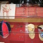 Musée Shaputuan - Chaussons et chapeau