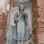 Temple Wat Mahathat - Bouddha dans une corniche