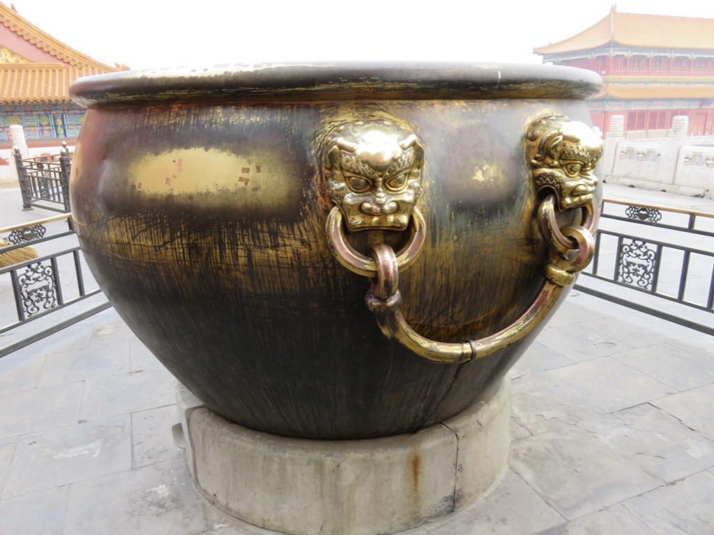 Jarre en bronze, emplie d'eau en cas d'incendie